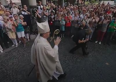Bischofsweihe Mainz, Auszug aus dem Dom